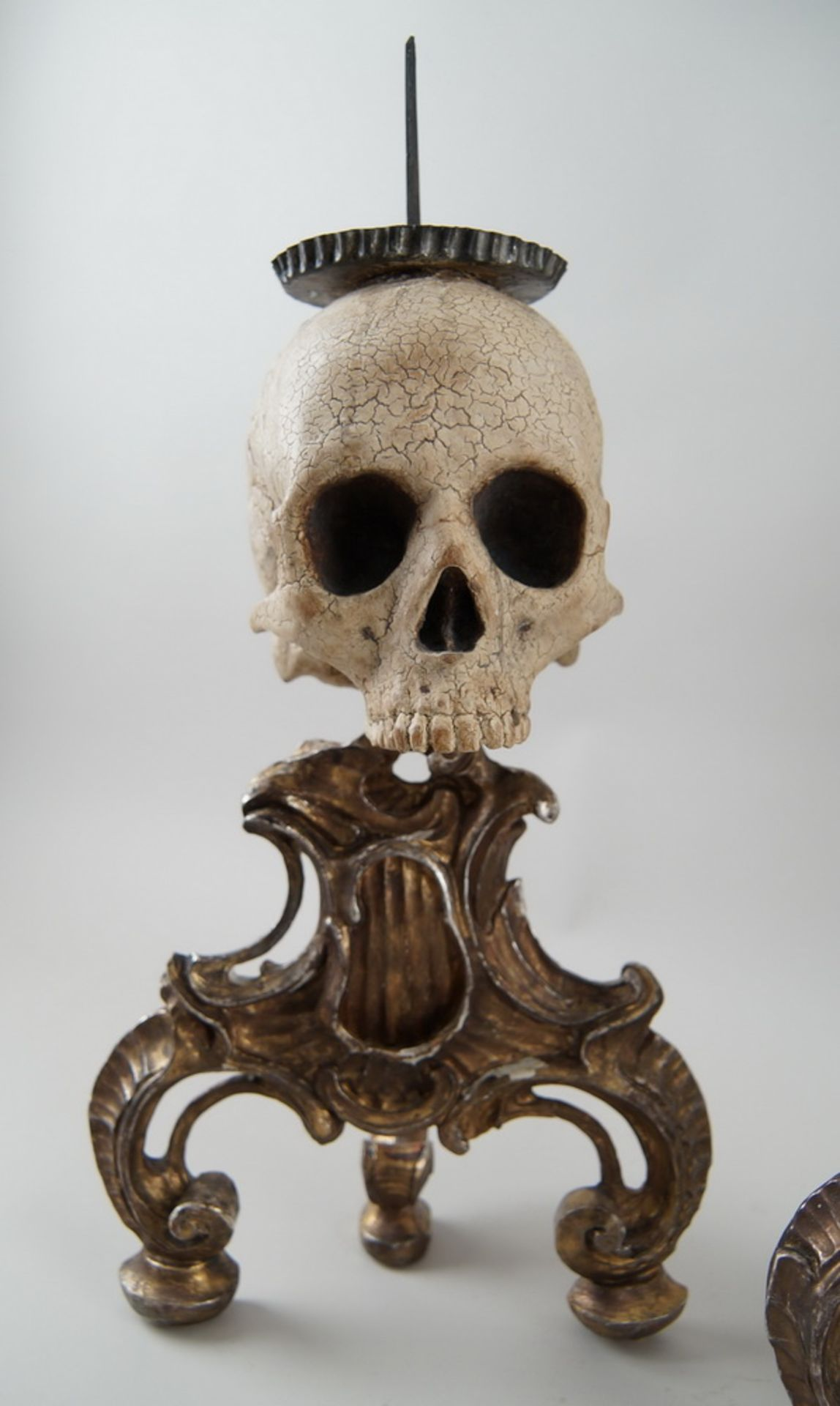 Rarität: Paar Kerzenhalter mit Totenköpfen, Holz geschnitzt und gefasst, je 40 cm hochohne Dorn - Bild 4 aus 8