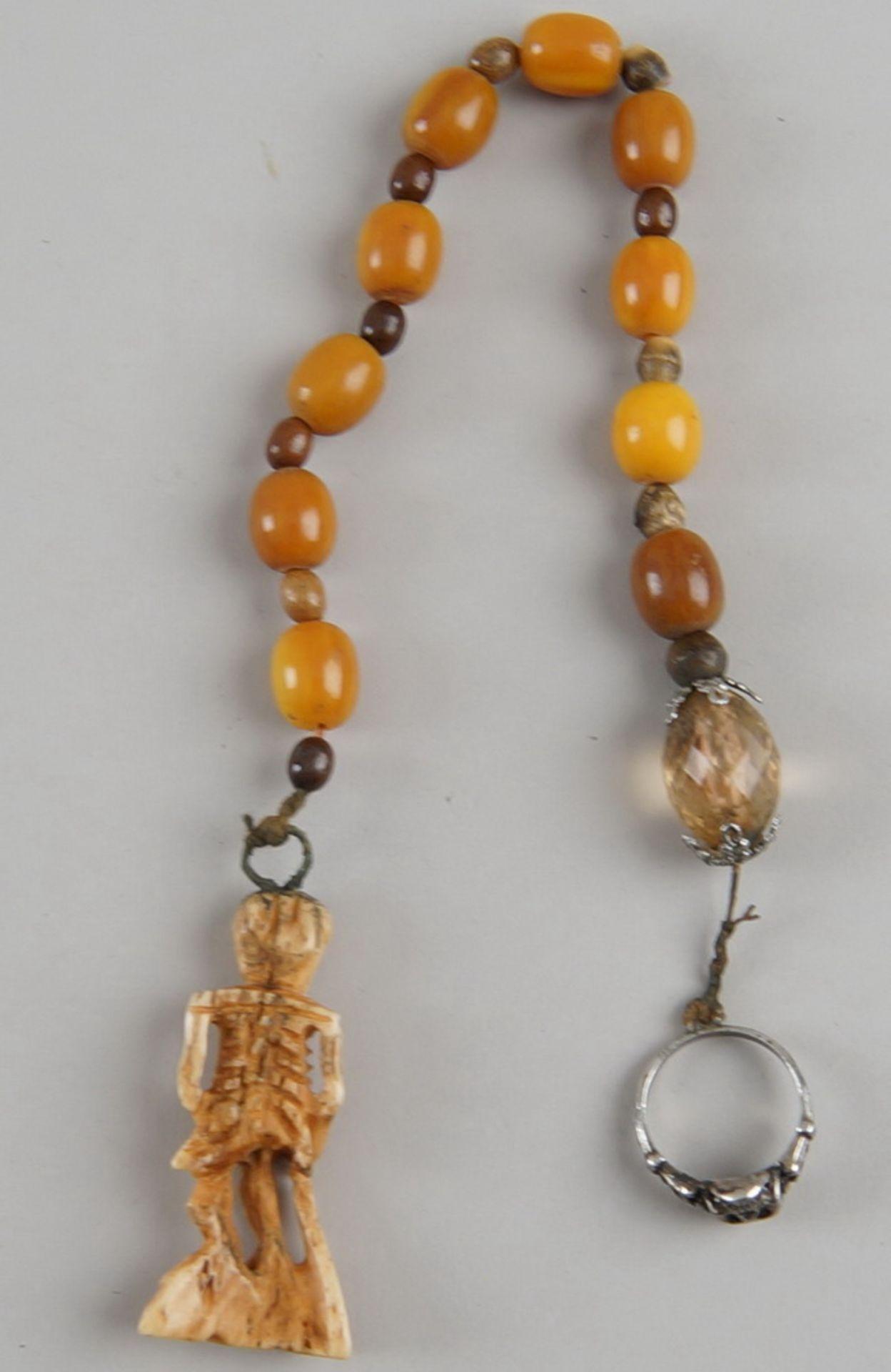 Los 40 - Faulenzer / Zehner Gebetskette mit Silberring und in Bein geschnitztem Skelett, einenTotenkopf