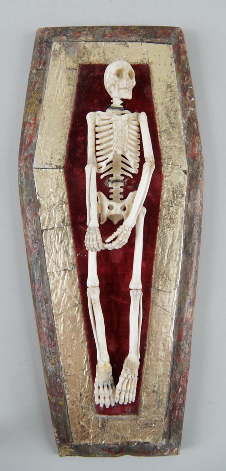 Los 19 - Memento Mori / die Vergänglichkeit, in Bein geschnitztes Skelett im Sarg, angebracht
