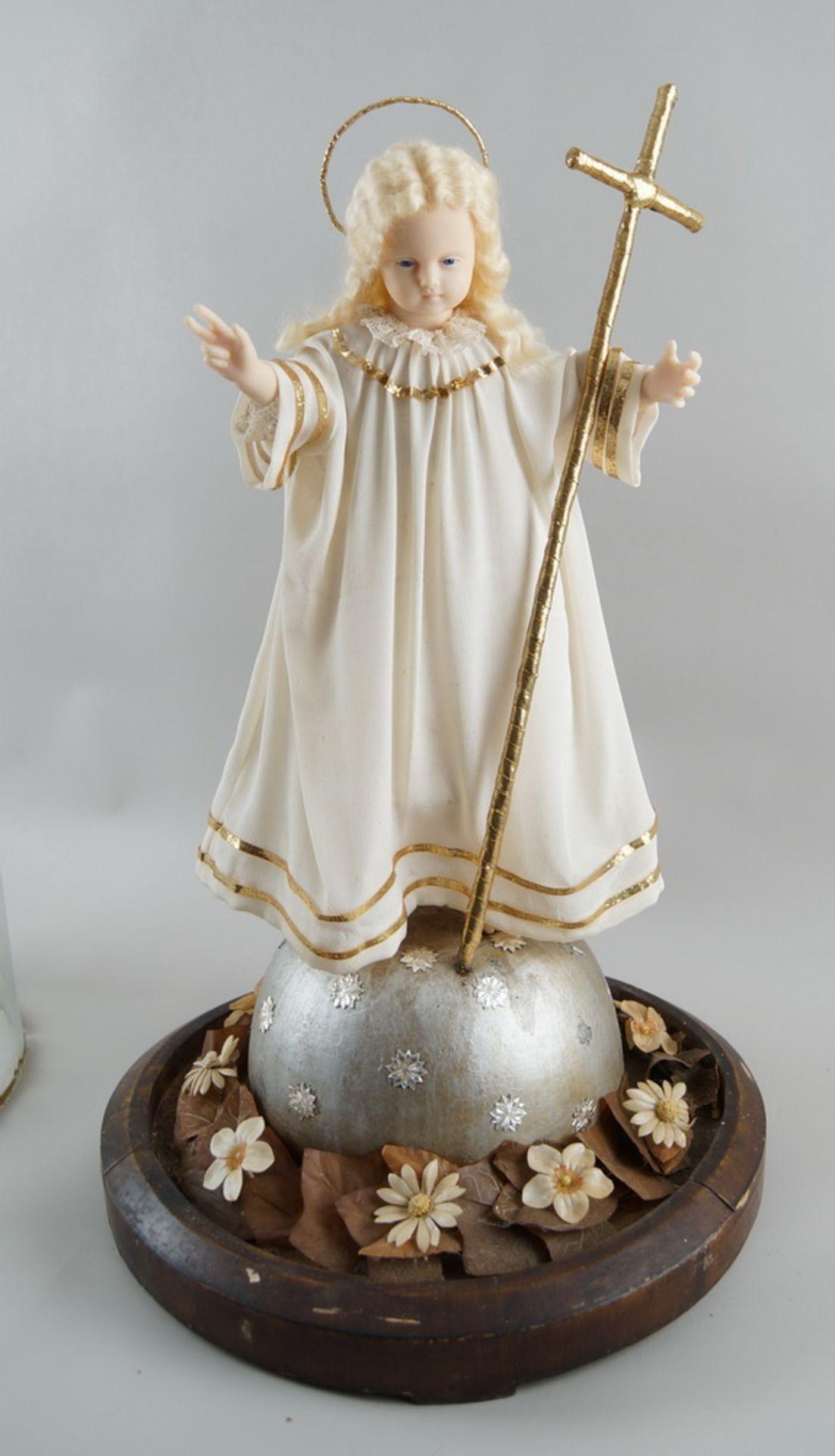 Monumentaler Glasschrein / Glassturz mit Jesuskind aus Wachs und prunkvollem Gewand, H 78cm, - Bild 3 aus 8