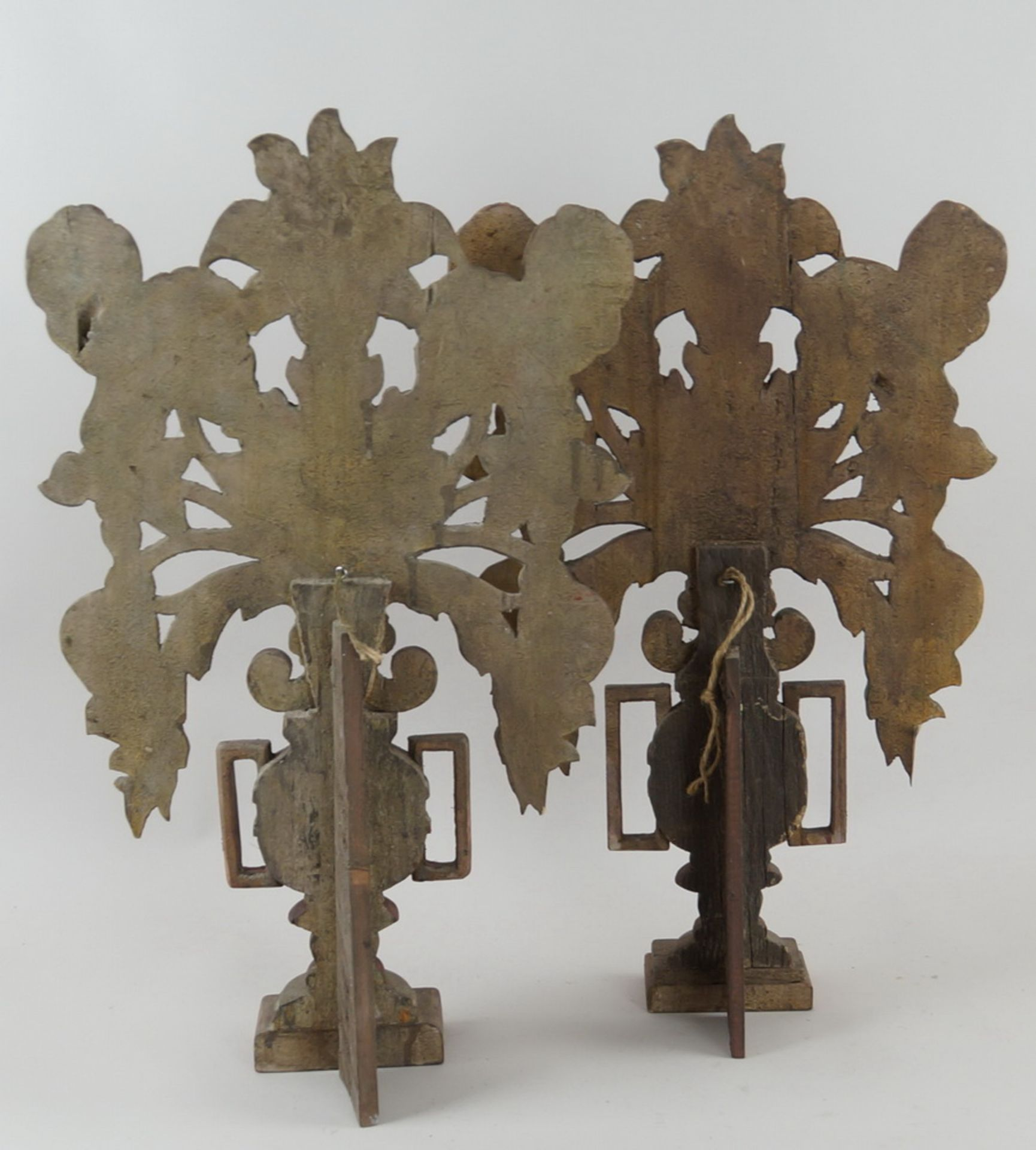 Paar bäuerliche Maiblumen / Altarvasen, Holz geschnitzt und gefasst, 63x35x13cm - Bild 6 aus 6