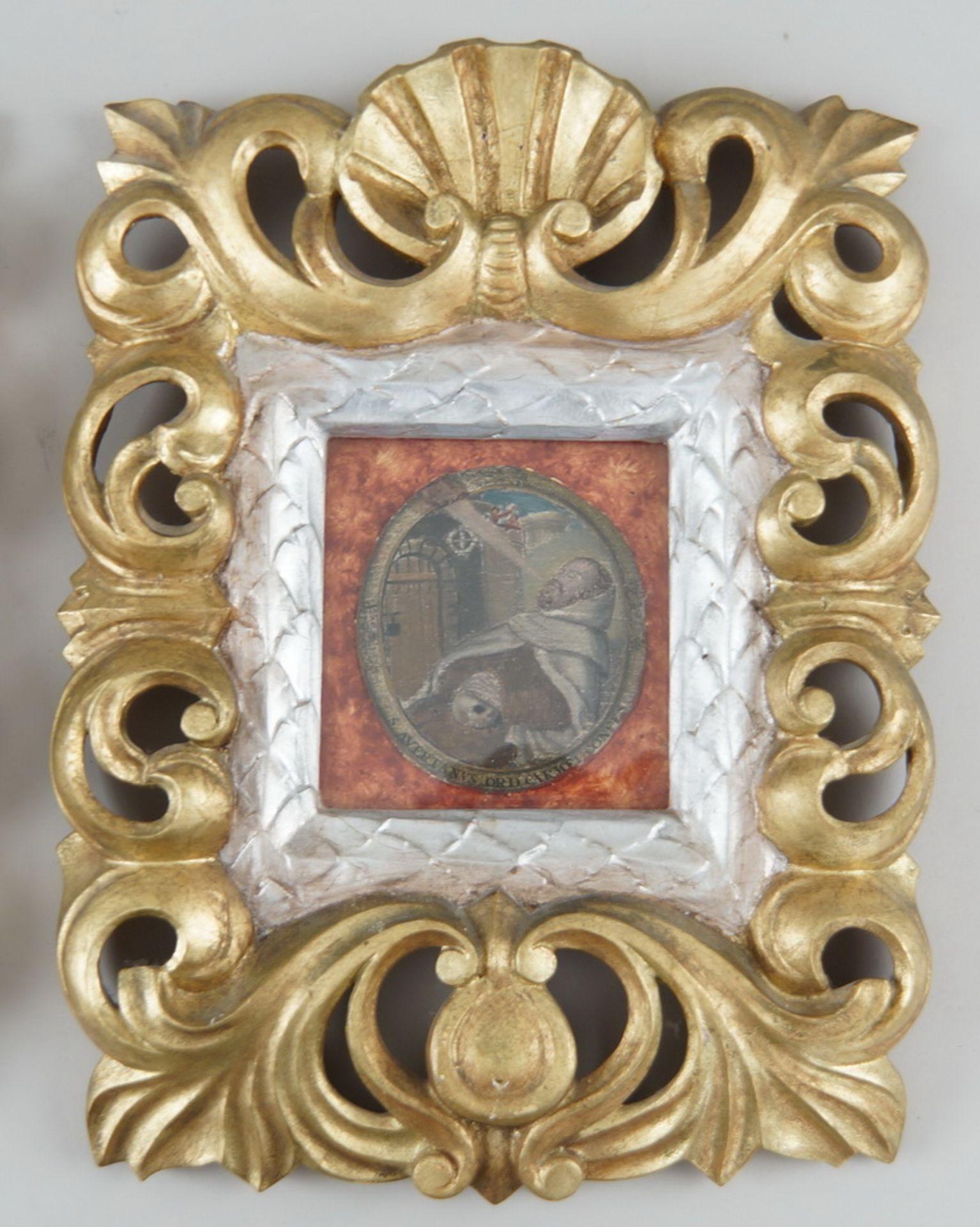 Paar sakrale Darstellungen hinter Glas mit prunkvoll geschnitztem Rahmen aus Holz mitFassung, je - Bild 4 aus 5