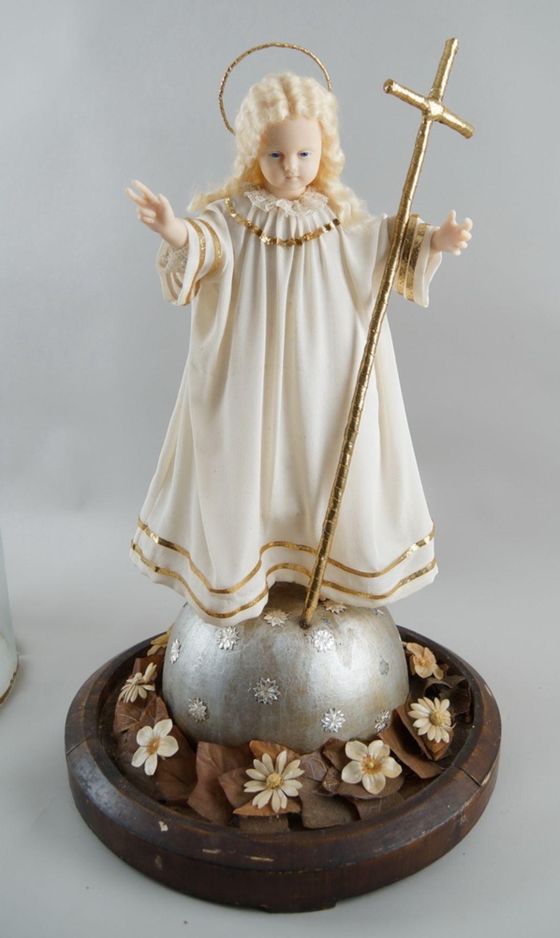 Monumentaler Glasschrein / Glassturz mit Jesuskind aus Wachs und prunkvollem Gewand, H 78cm, - Bild 2 aus 8