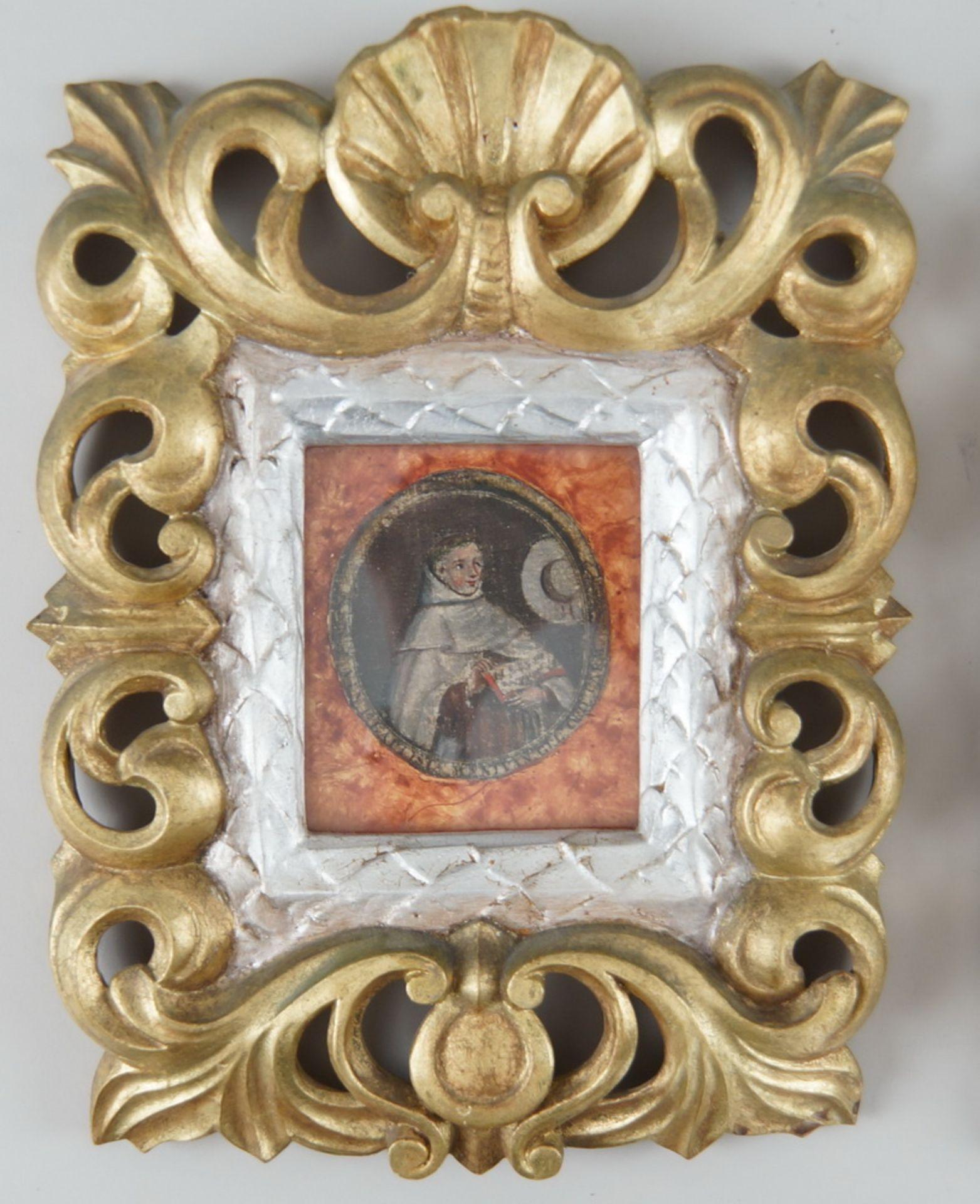 Paar sakrale Darstellungen hinter Glas mit prunkvoll geschnitztem Rahmen aus Holz mitFassung, je - Bild 3 aus 5