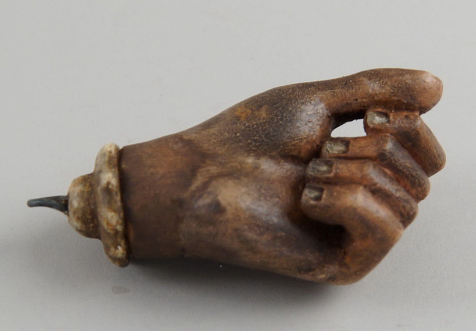 Los 10 - Votivgabe, Hand, Holz geschnitzt und gefasst, datiert 1759, 8,5cm
