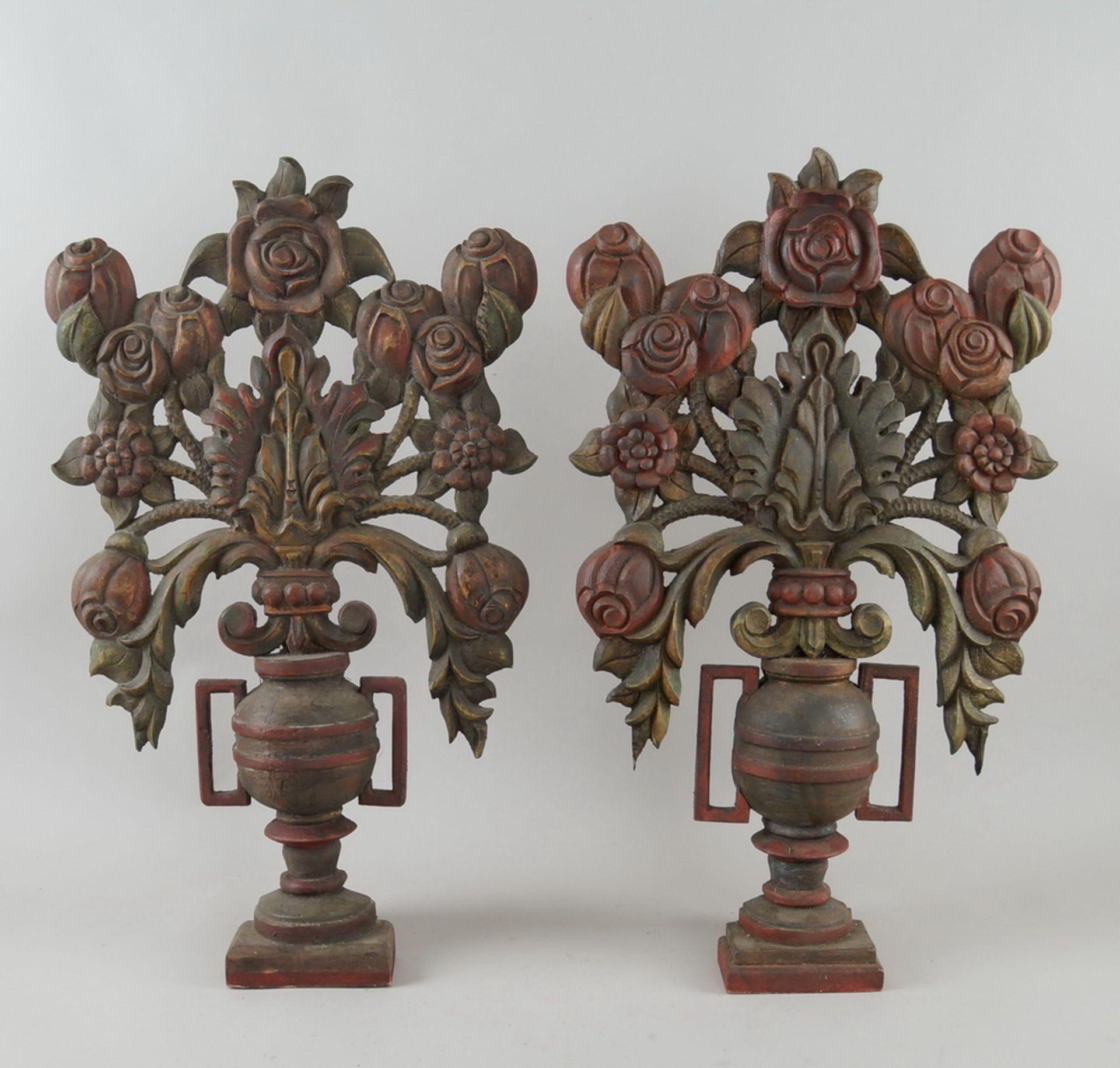 Paar bäuerliche Maiblumen / Altarvasen, Holz geschnitzt und gefasst, 63x35x13cm