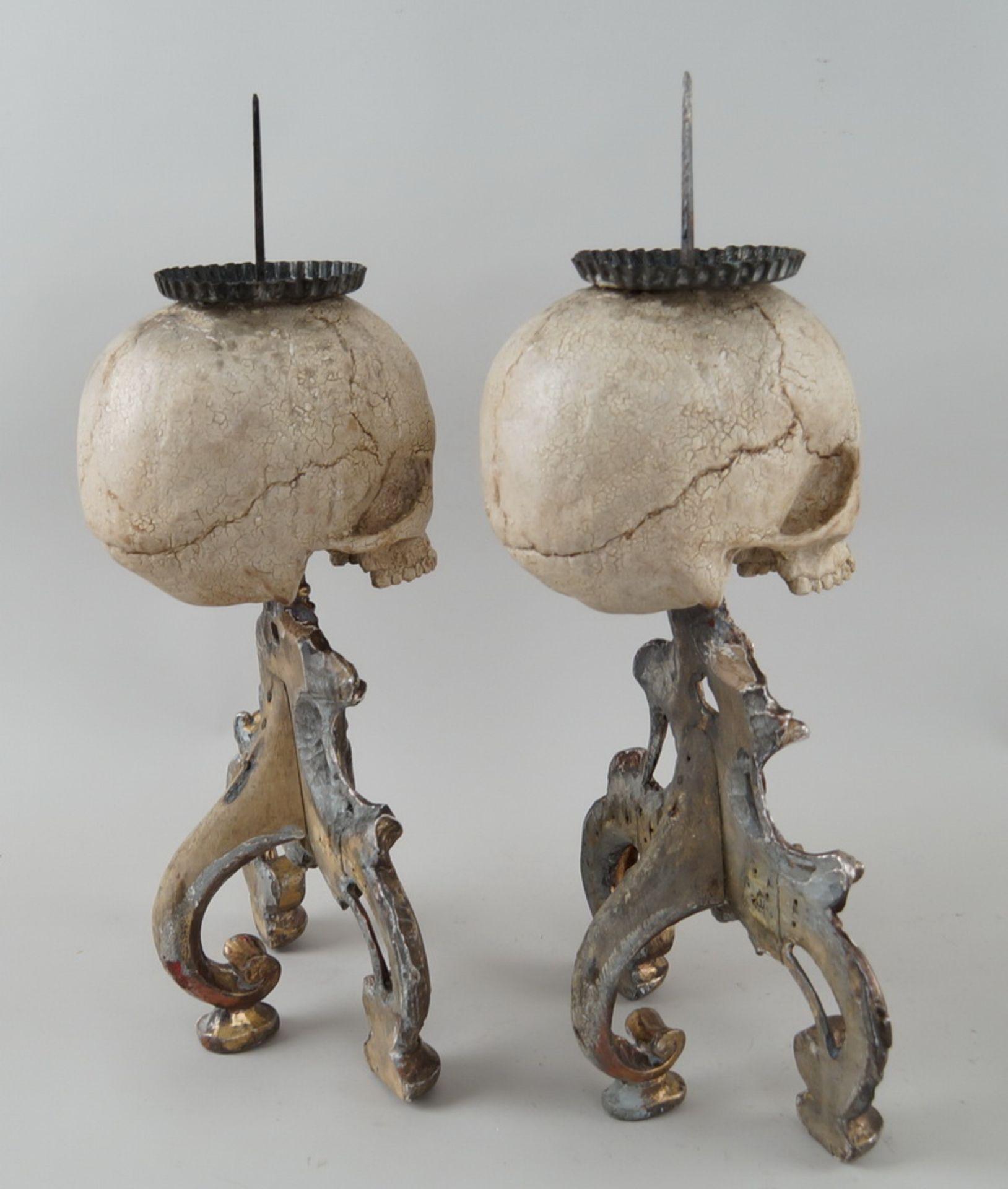 Rarität: Paar Kerzenhalter mit Totenköpfen, Holz geschnitzt und gefasst, je 40 cm hochohne Dorn - Bild 6 aus 8