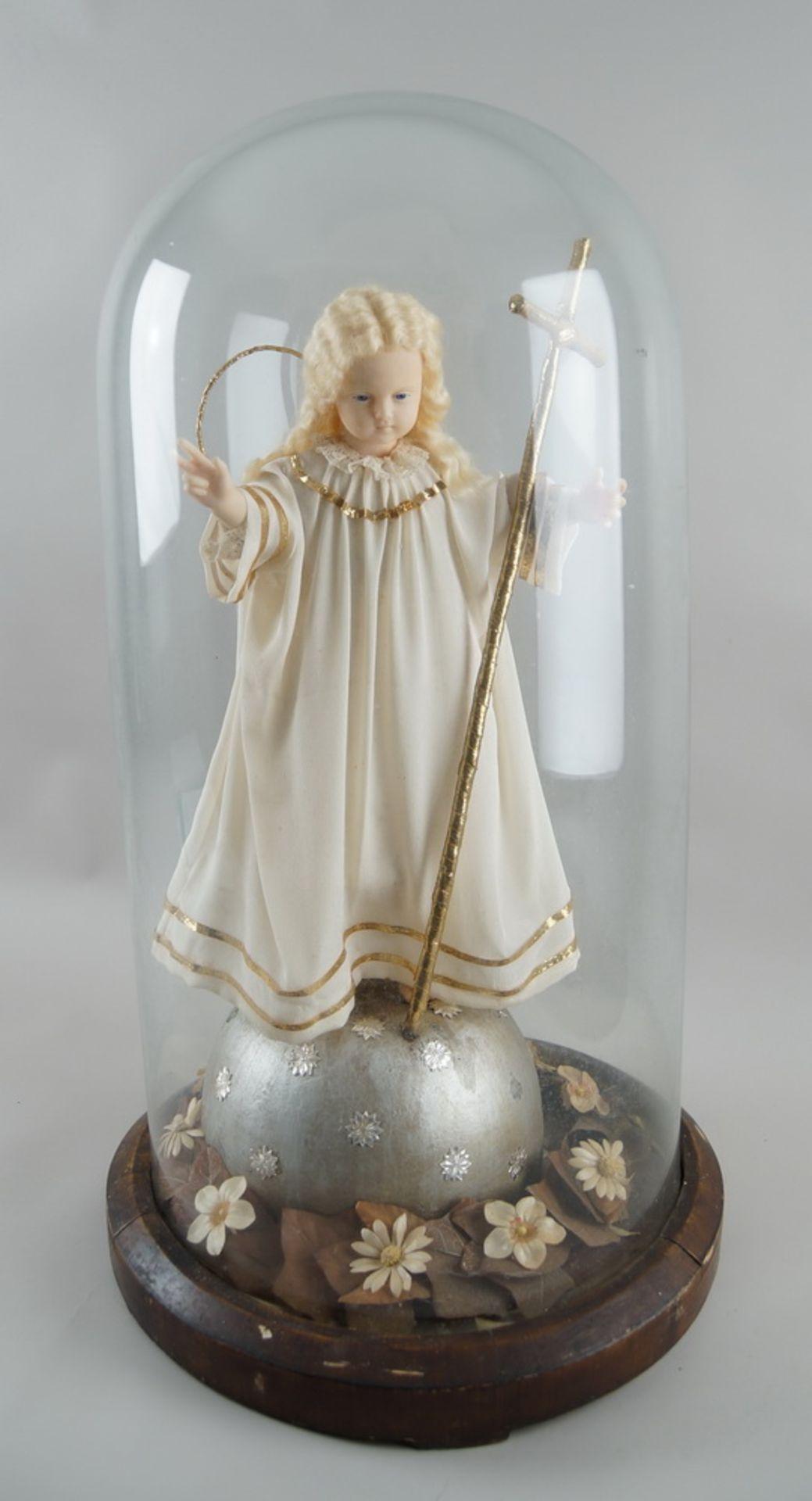 Monumentaler Glasschrein / Glassturz mit Jesuskind aus Wachs und prunkvollem Gewand, H 78cm,