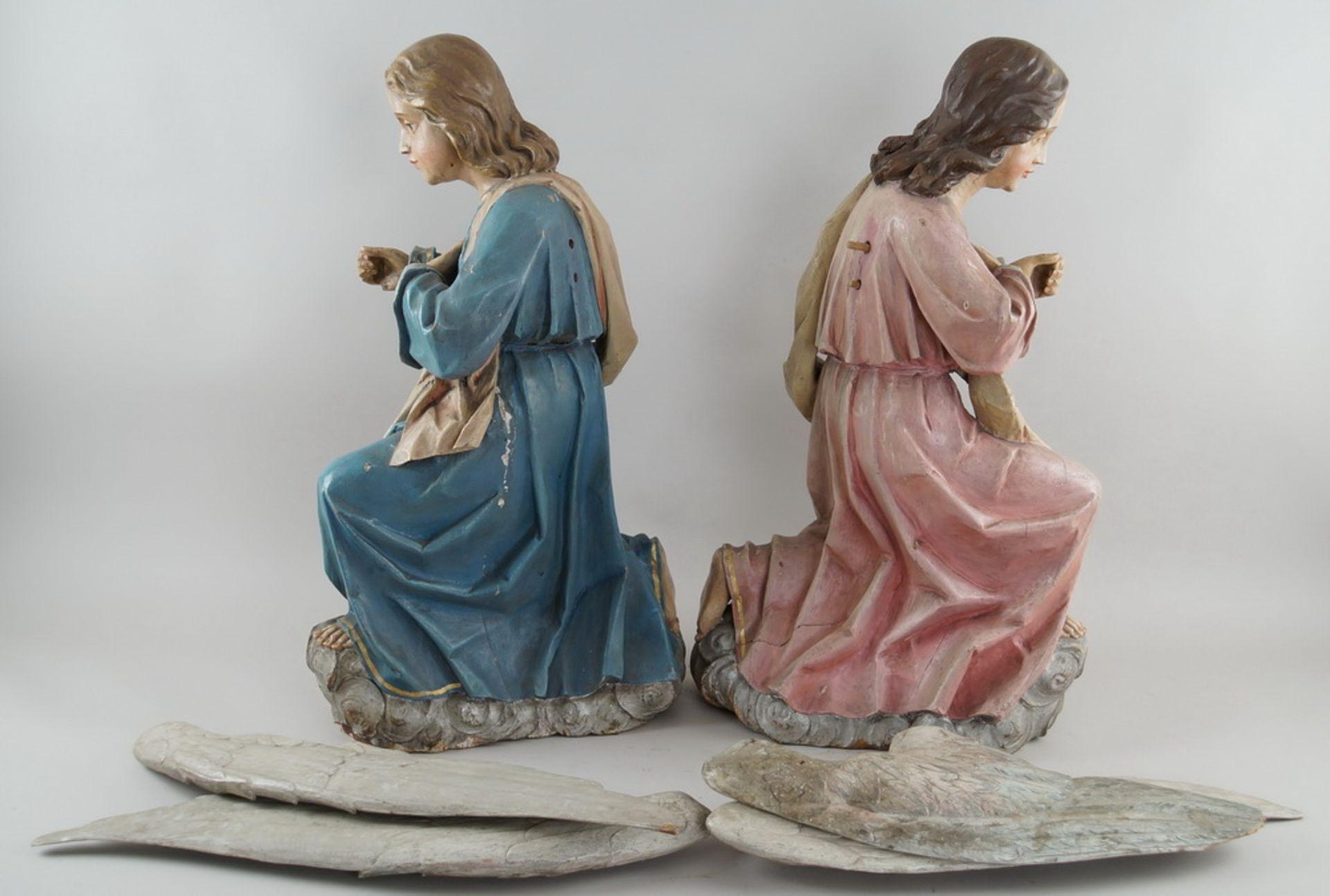 Zwei kniende Engel mit Flügel, 18. JH, Holz geschnitzt und gefasst, rest.-bed., H je 73cm - Bild 12 aus 15