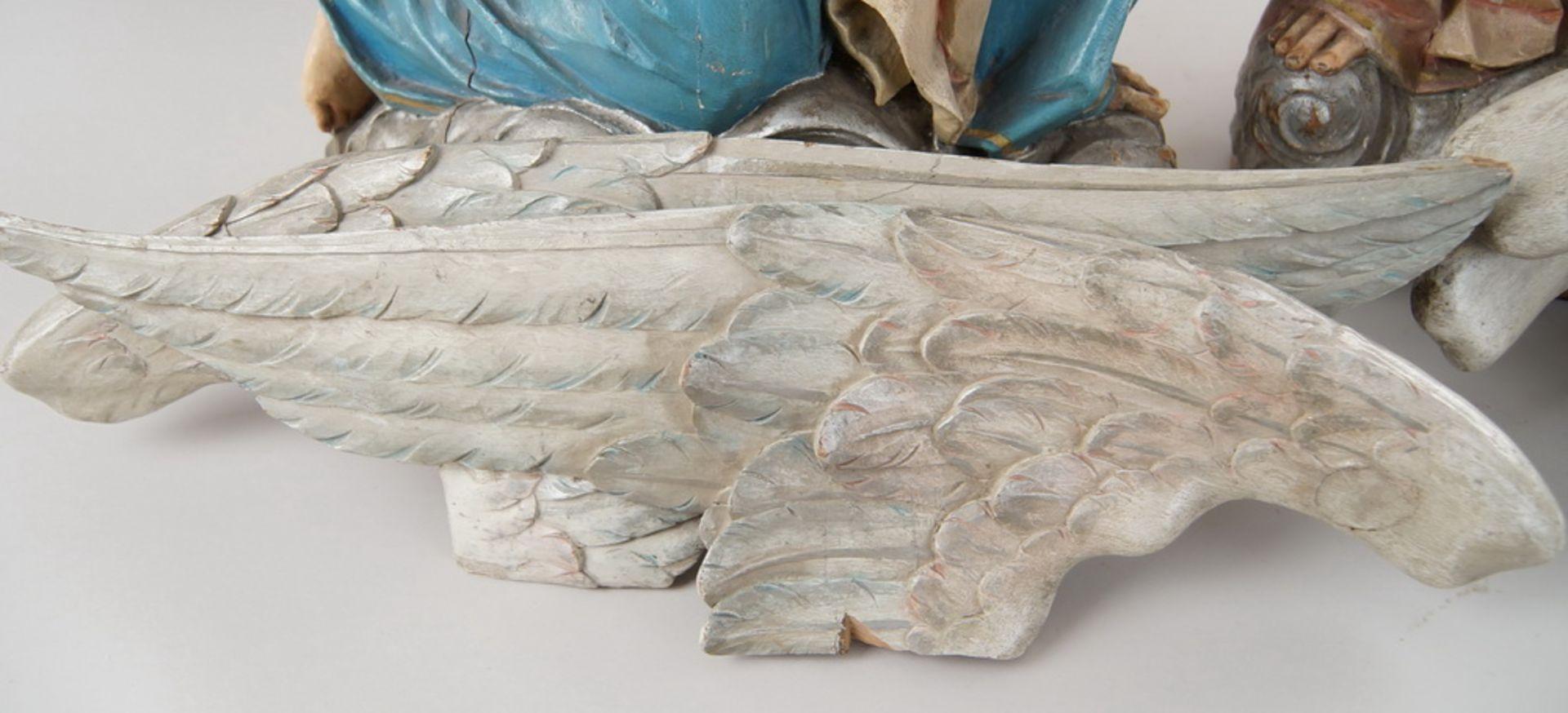 Zwei kniende Engel mit Flügel, 18. JH, Holz geschnitzt und gefasst, rest.-bed., H je 73cm - Bild 8 aus 15