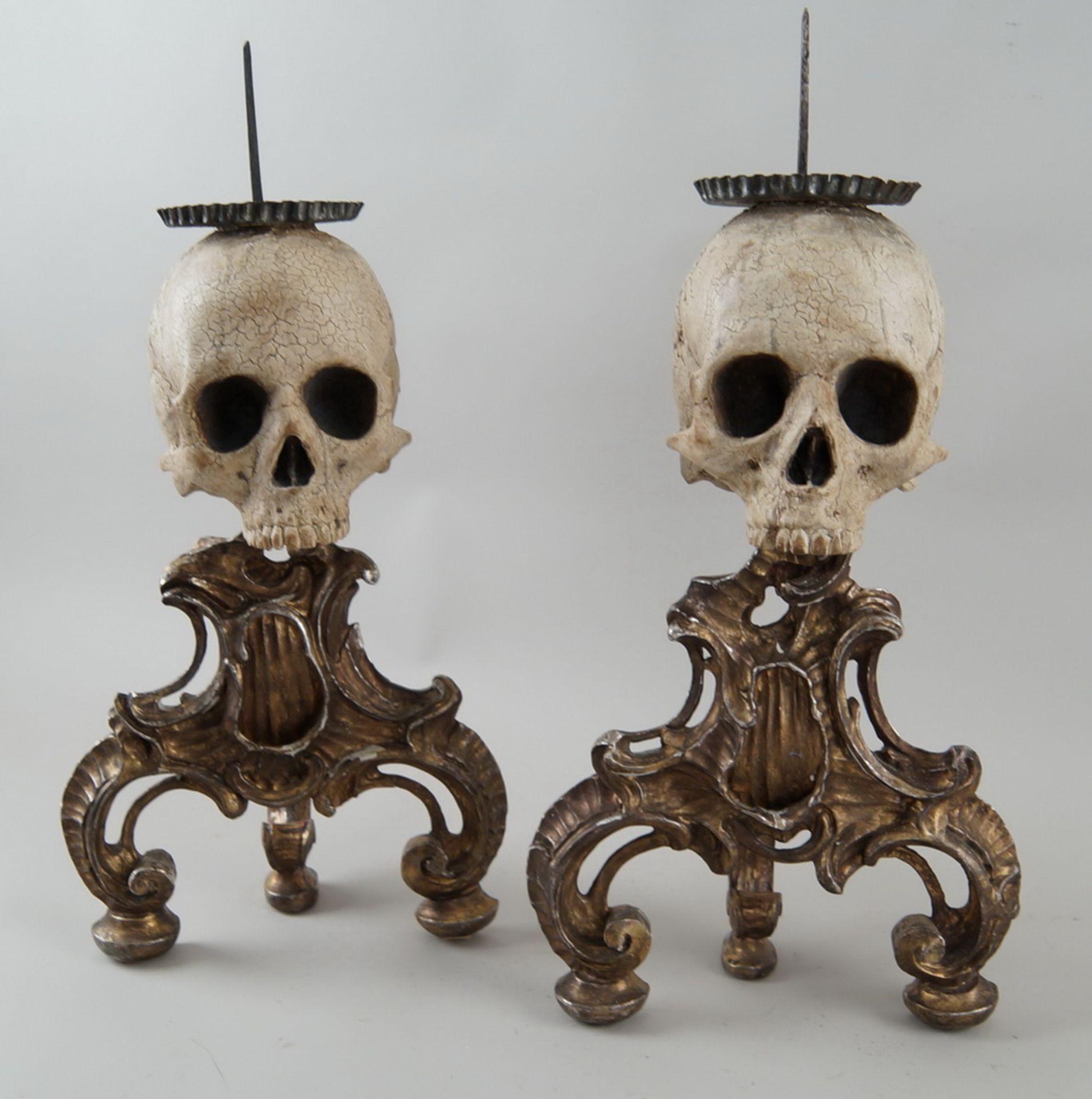Rarität: Paar Kerzenhalter mit Totenköpfen, Holz geschnitzt und gefasst, je 40 cm hochohne Dorn - Bild 2 aus 8