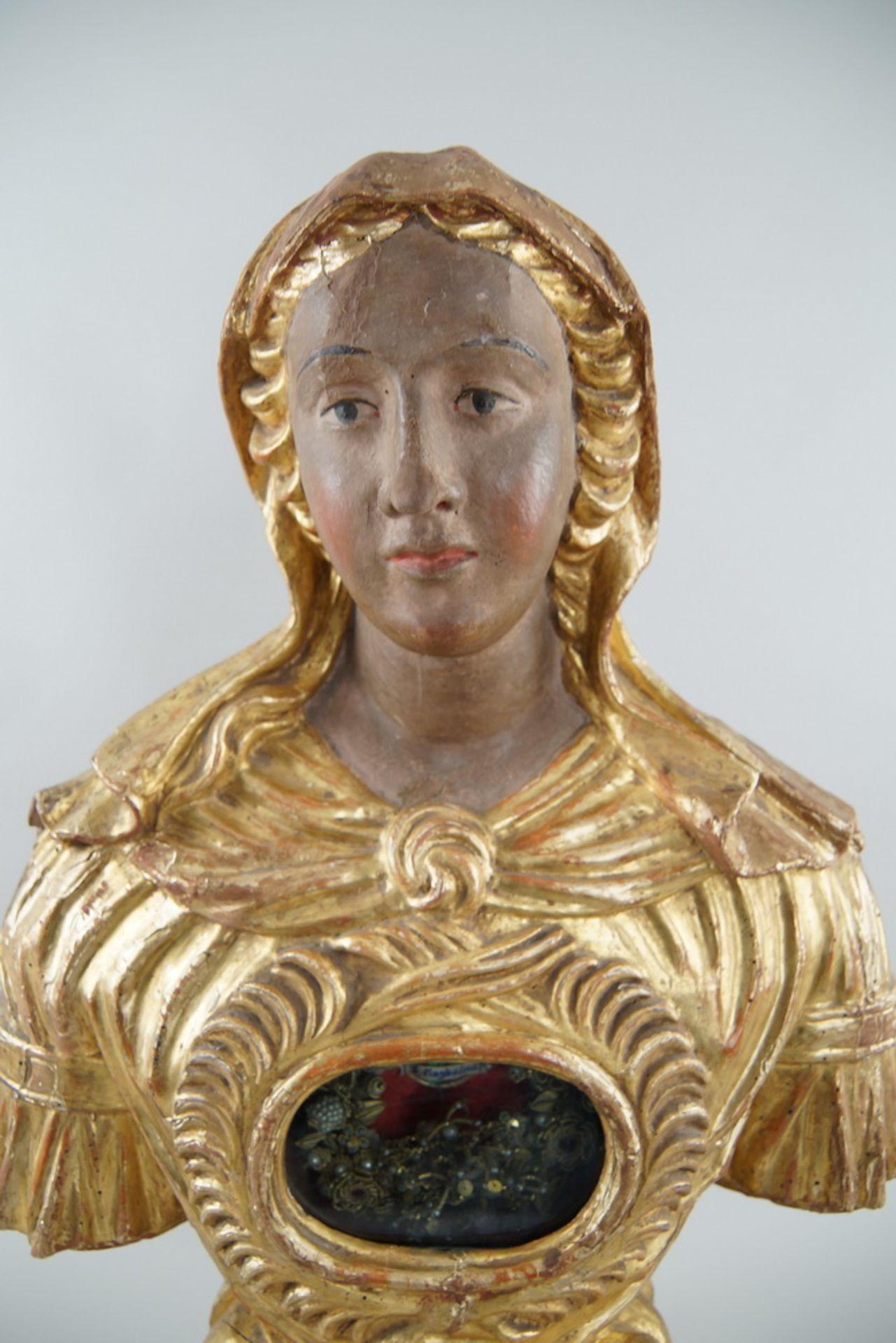 Prunkvolle Reliquienskulptur, Büste auf prächtigem Sockel, Holz geschnitzt, gefasst und - Bild 3 aus 9