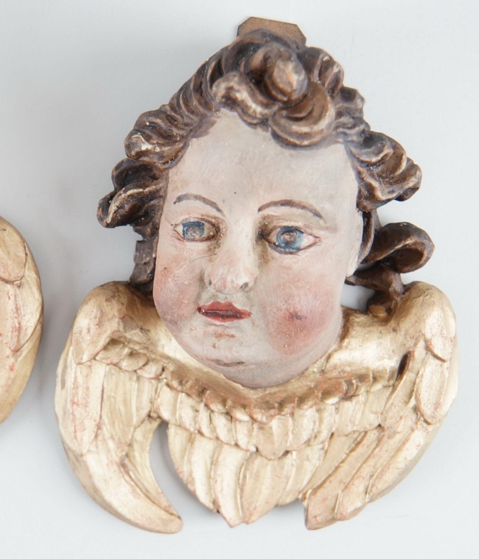 Paar Engelsköpfe mit Flügel, Holz geschnitzt und gefasst, 18. JH, rest., H ca. 20 cm - Bild 4 aus 5