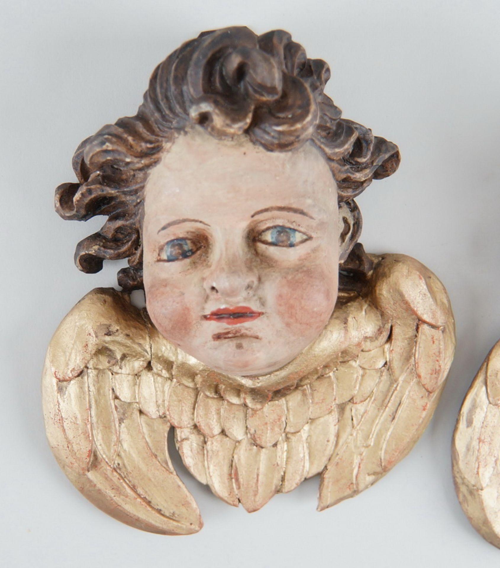 Paar Engelsköpfe mit Flügel, Holz geschnitzt und gefasst, 18. JH, rest., H ca. 20 cm - Bild 3 aus 5