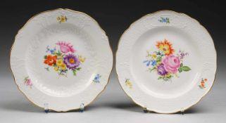 Paar Teller mit Reliefdekor und Blumenmalerei