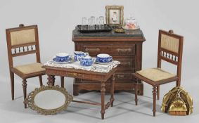 Puppen-Saloneinrichtung4-tlg.; Kommode, Salontisch und Paar Stühle. Buchenholz, Nussbaumfarben