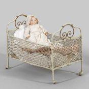 """Kleines """"My Dreambaby"""" von Armand Marseille mit GitterbettBiskuitporzellan-Vollkopf mit"""