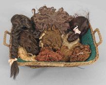 Konvolut Puppenperücken10-tlg.; Unterschiedliche Materialien, Farben und Frisuren. Teilw. neuer.
