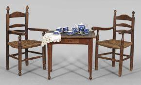 Kindertisch und Paar ArmlehnstühleEichen bzw. Buchenholz. Einschübiger Zargenkasten auf gekanteten