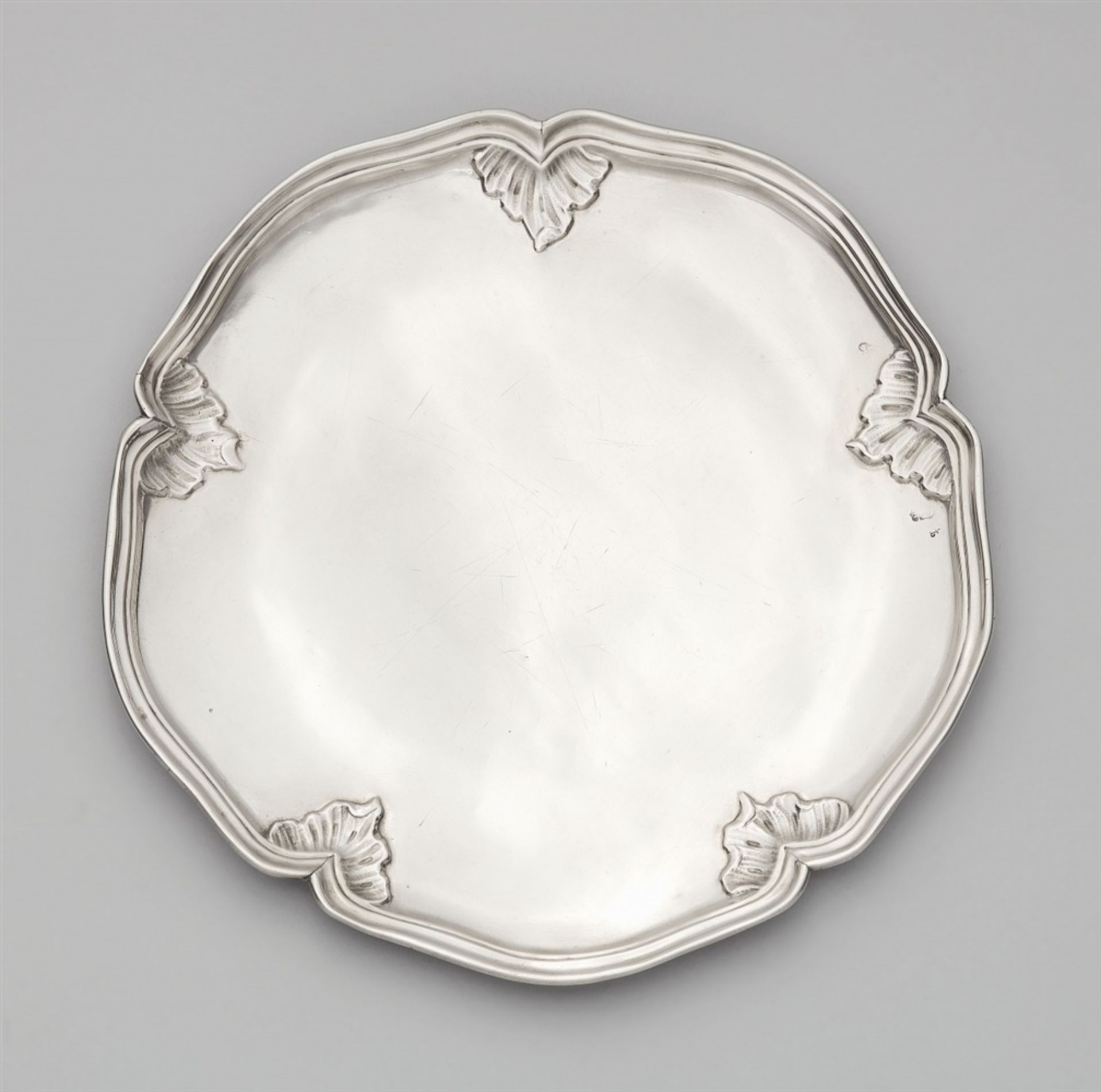 Los 748 - A Dresden Rococo silver platterSilver. A round, scalloped platter, the moulded rim decorated with