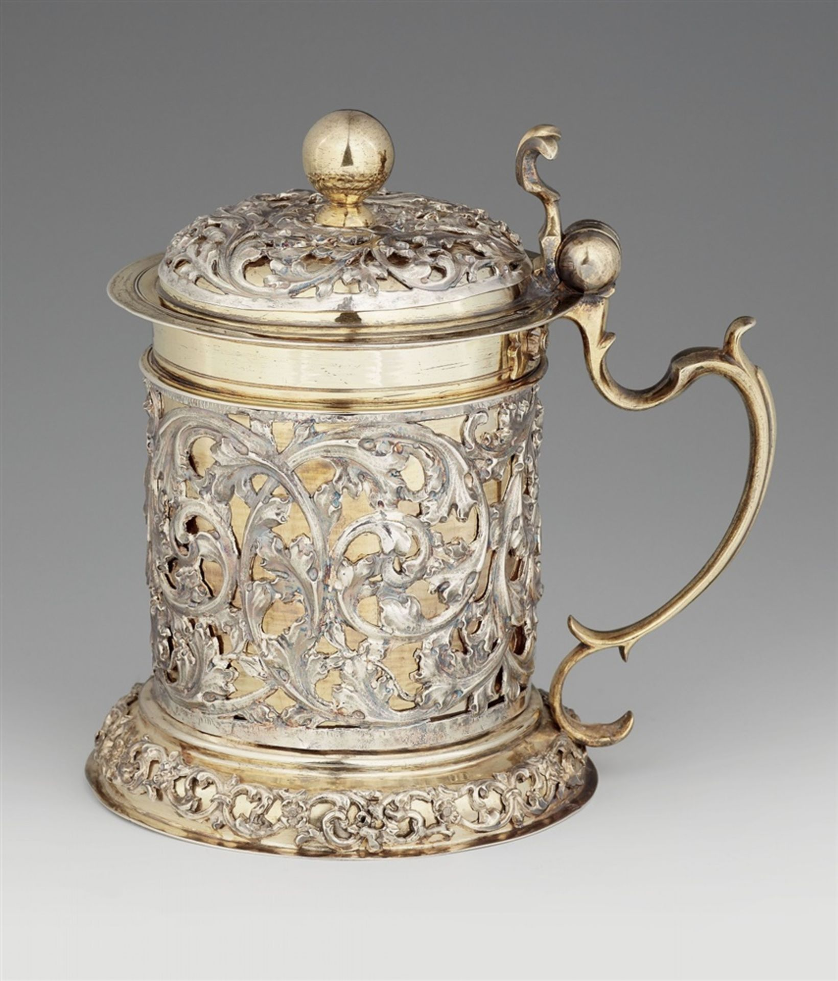 Los 706 - A Baroque silver tankardSilver; partly gilded. Parcel-gilt silver tankard, cylindrical corpus