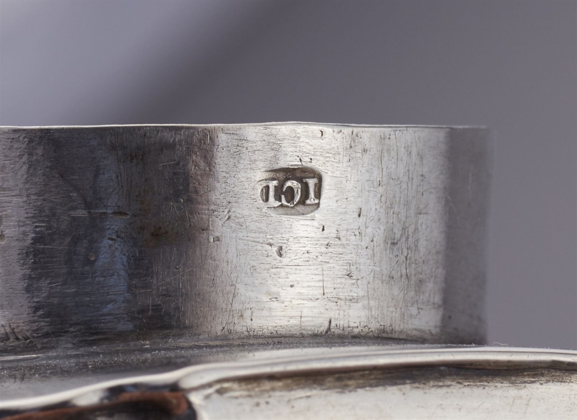 Los 723 - An Augsburg silver tea caddySilver Rectangular caddy with a sliding lock in the underside and a slip