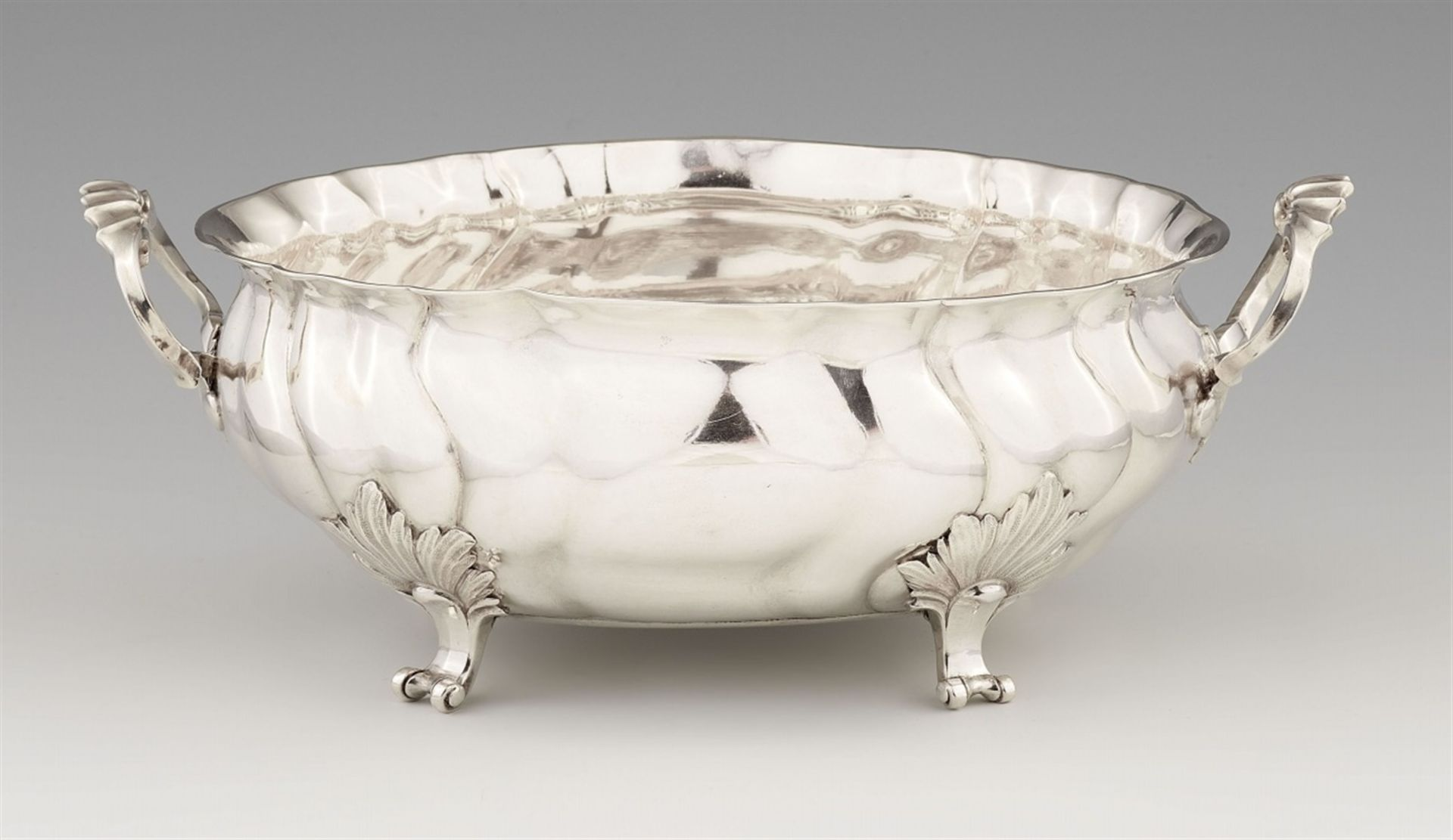 Los 752 - A Kassel silver dishSilver. A twist fluted oval dish resting on four feet. Brands: BZ Kassel for