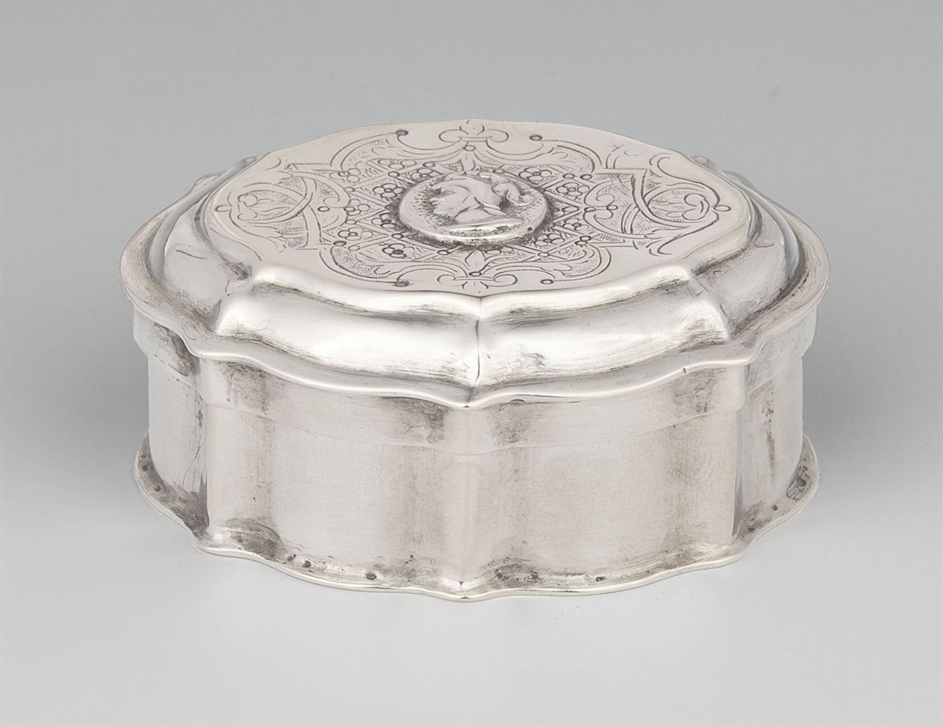 Los 724 - An Augsburg Régence silver boxSilver; gold-plated inside. An oval box containing two separate