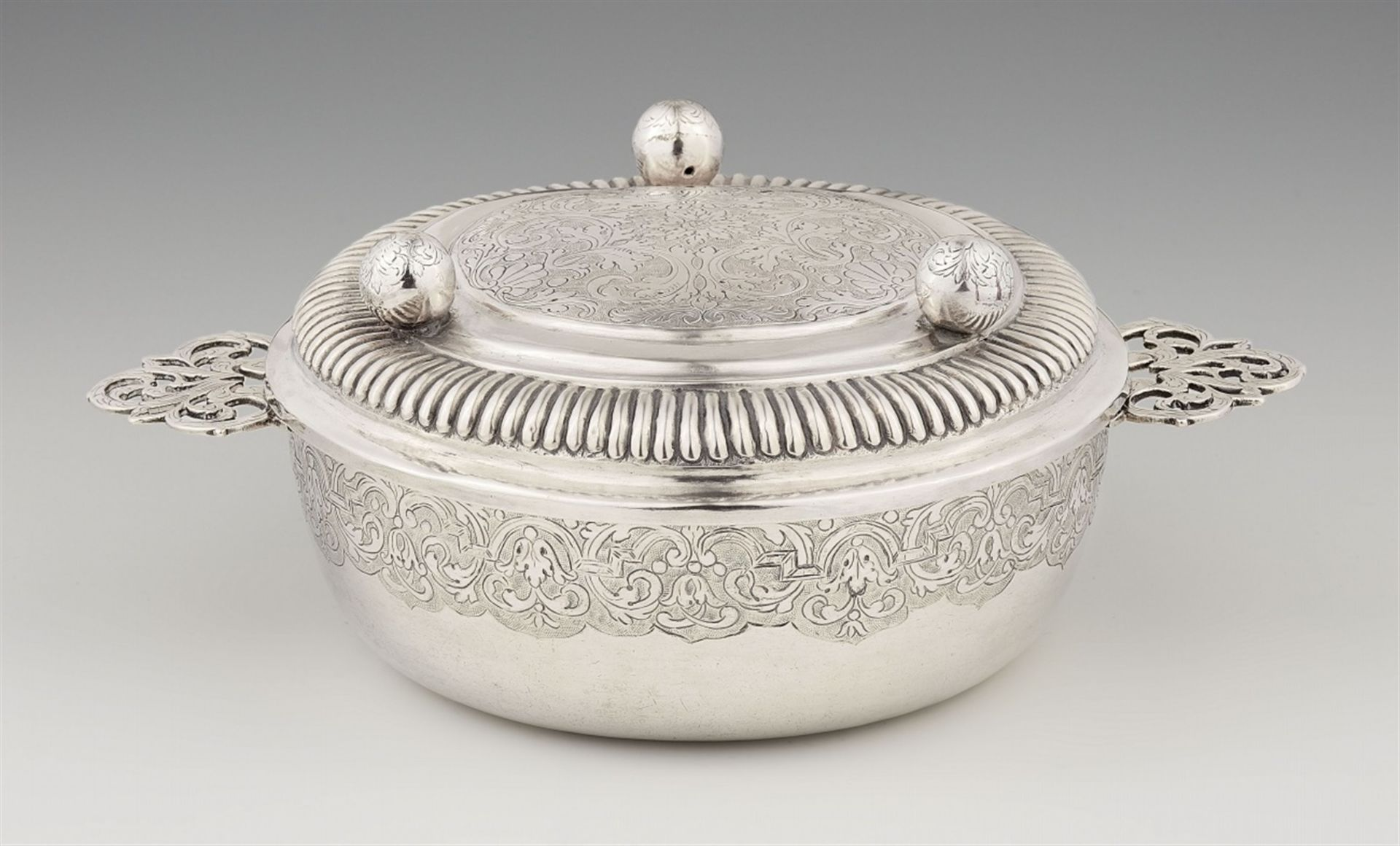 Los 733 - An Osnabrück silver ecuelleSilver. A slightly tapering dish with pierced handles and engraved