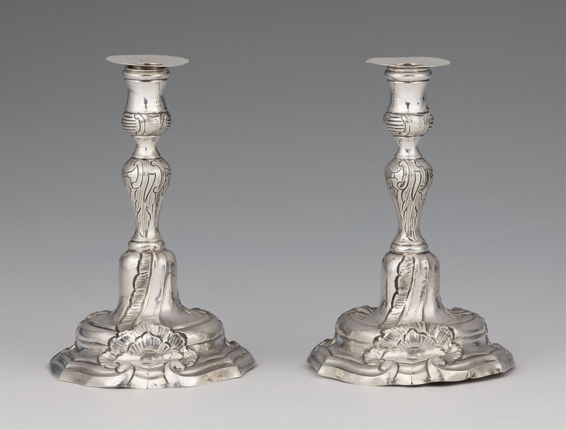 Los 731 - A pair of miniature silver candlesticksSilver Baluster-form shafts with shellwork décor issuing from