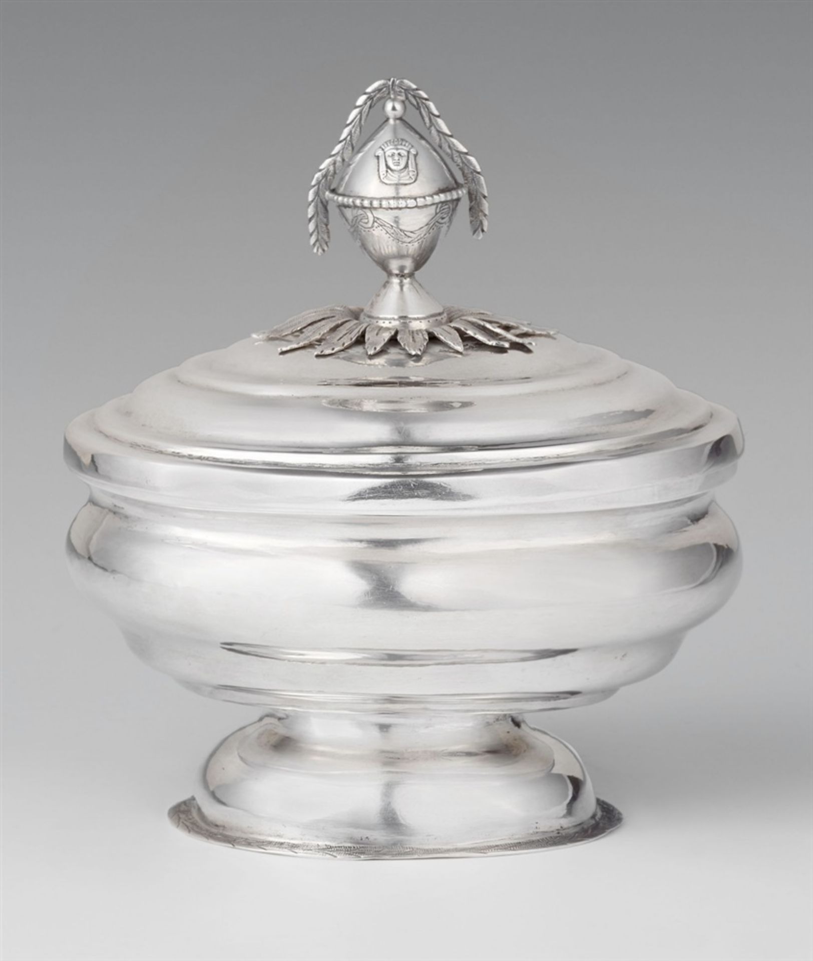 Los 754 - A rare Tübingen sugar boxSilver Oval sugar box on a waisted base, the finial formed as a festooned