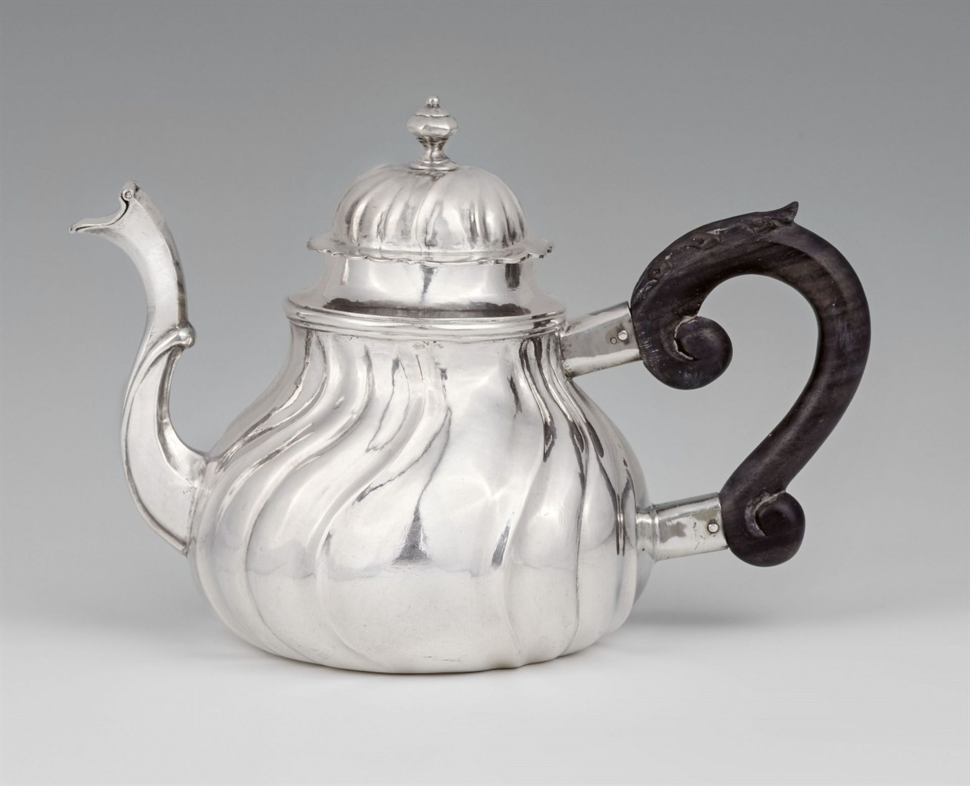 Los 728 - An Augsburg silver teapotSilver Twist fluted pear-form vessel with a carved wooden handle. Brands: