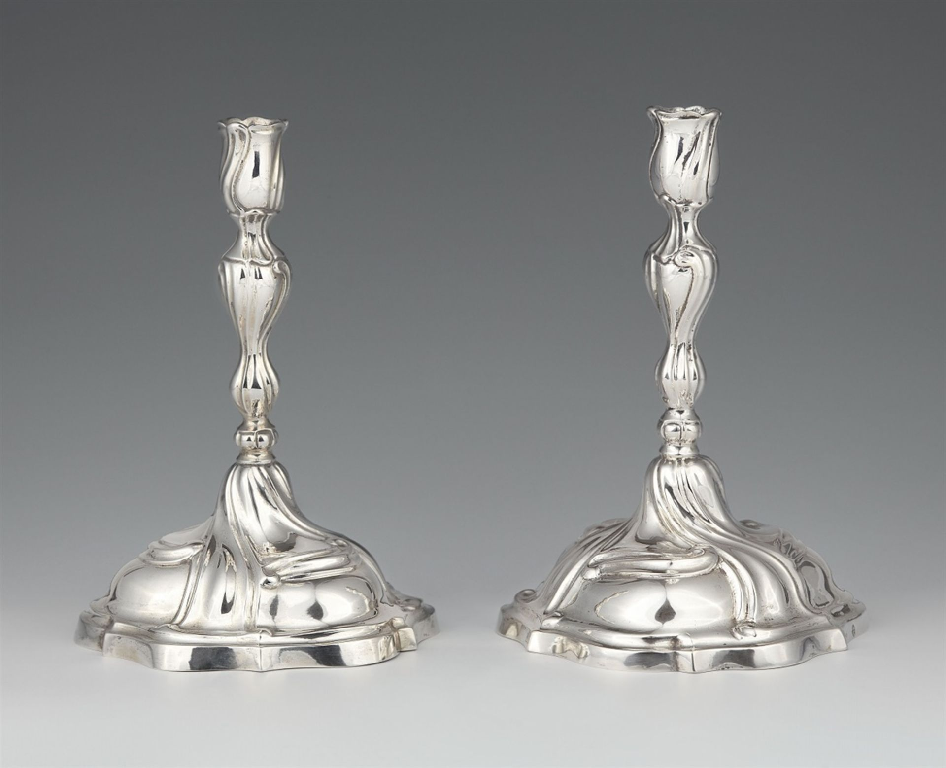 Los 736 - A pair of Augsburg silver candlesticksSilver Baluster-form shafts with draperies issuing from round,