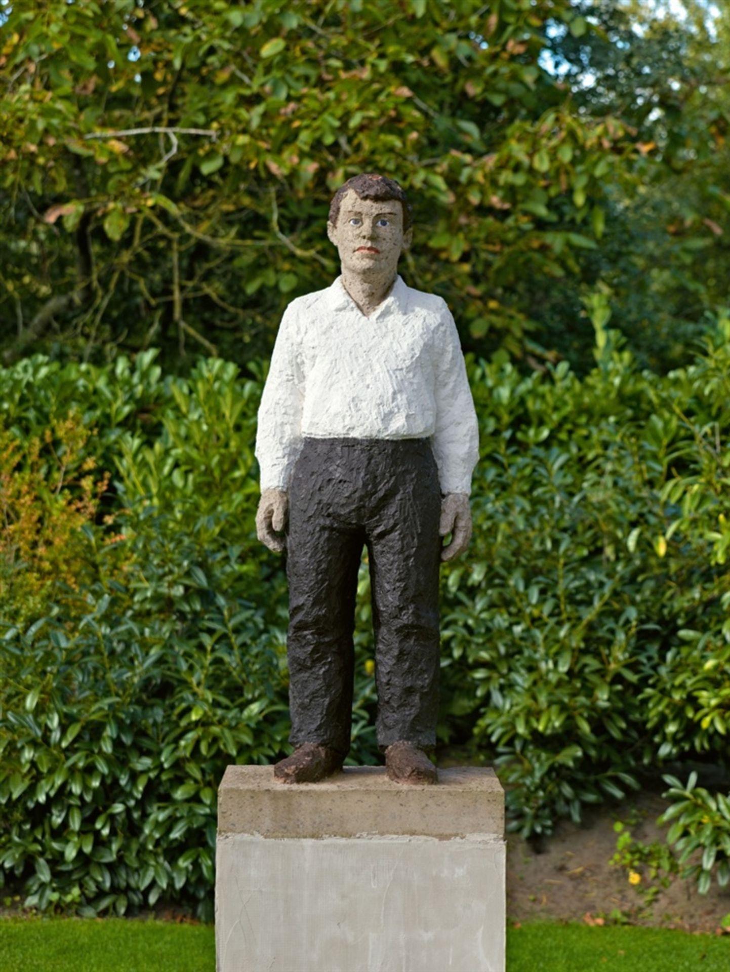 Stephan BalkenholMann mit weißem Hemd und schwarzer Hose - Bild 2 aus 2