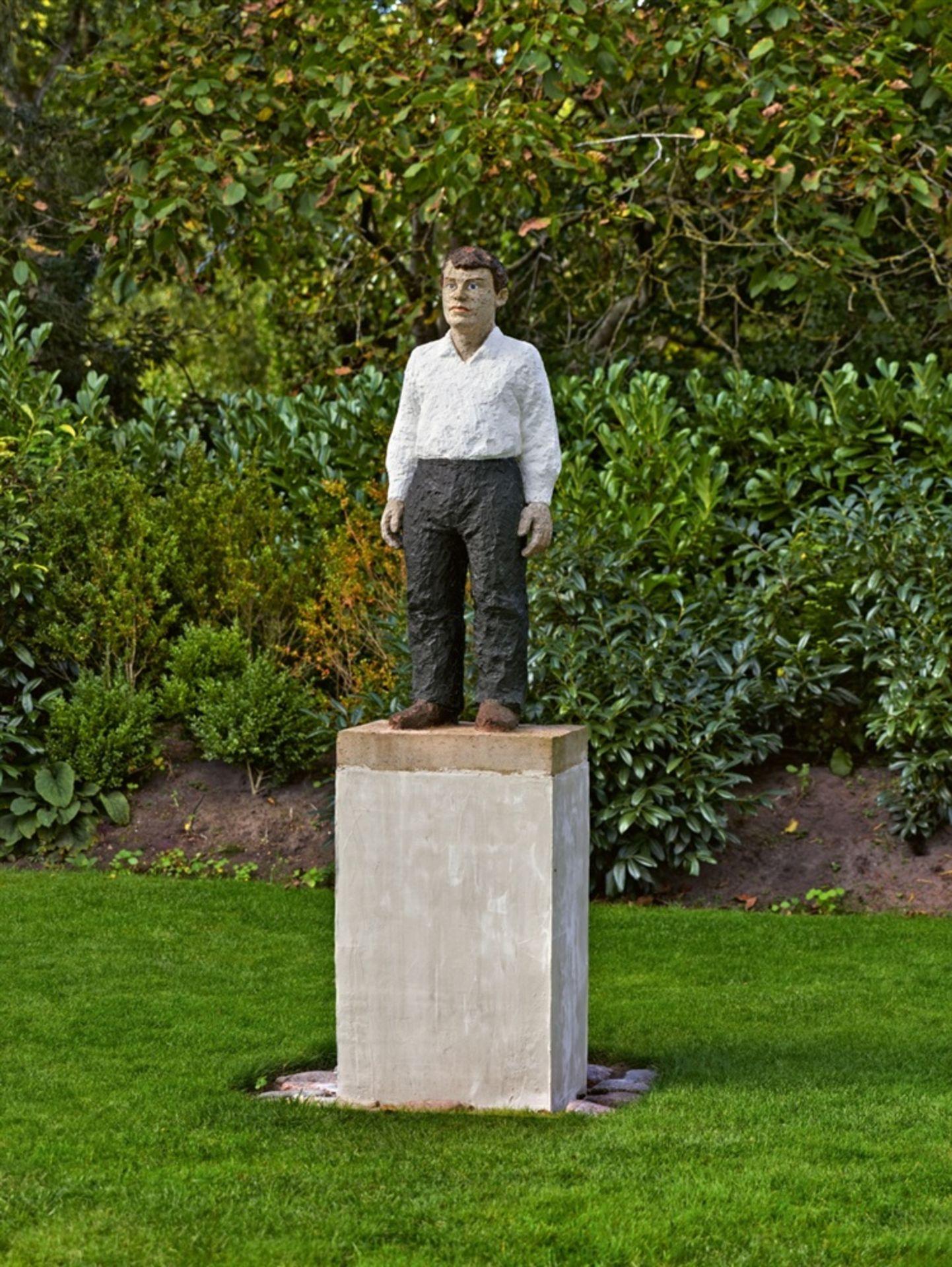Stephan BalkenholMann mit weißem Hemd und schwarzer Hose