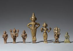 Sieben Figuren. Kupfer und Gelbguss. Indien, meist Maharashtra. 19. Jh.