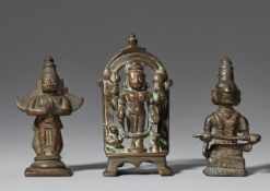 Drei kleine Figuren. Kupferlegierung. Indien.