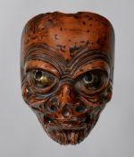 Maske in der Art einer bugaku-Maske. Holz, mit negoro-artiger Lackfassung. Meiji-Zeit