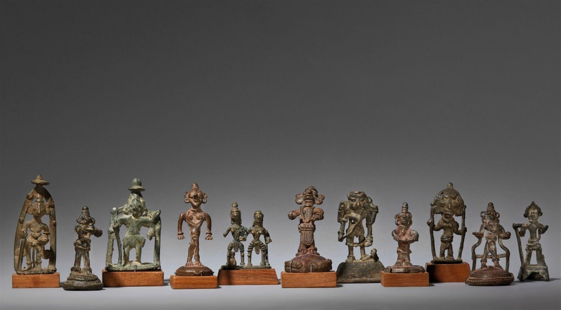 Elf kleine volkstümliche Figuren. Bronze. Zentral-Indien. 19./20. Jh.