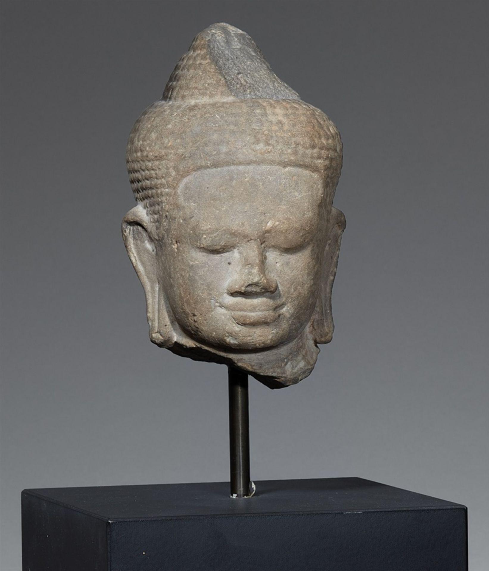 Kopf eines Buddha. Grauer Sandstein. Kambodscha. Baphuon-Stil. 11. Jh.
