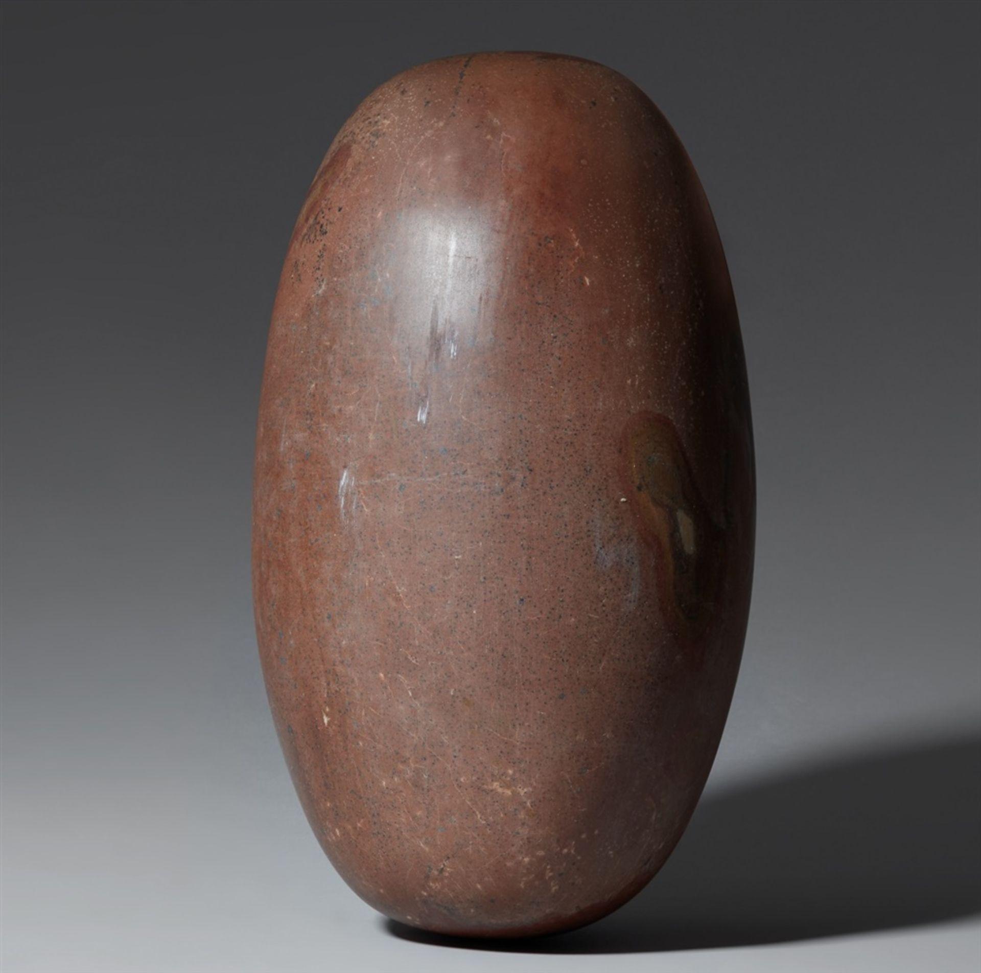 Großer svayambhu linga. Brauner Stein, möglicherweise Basalt, poliert Zentral-Indien, oder Nord