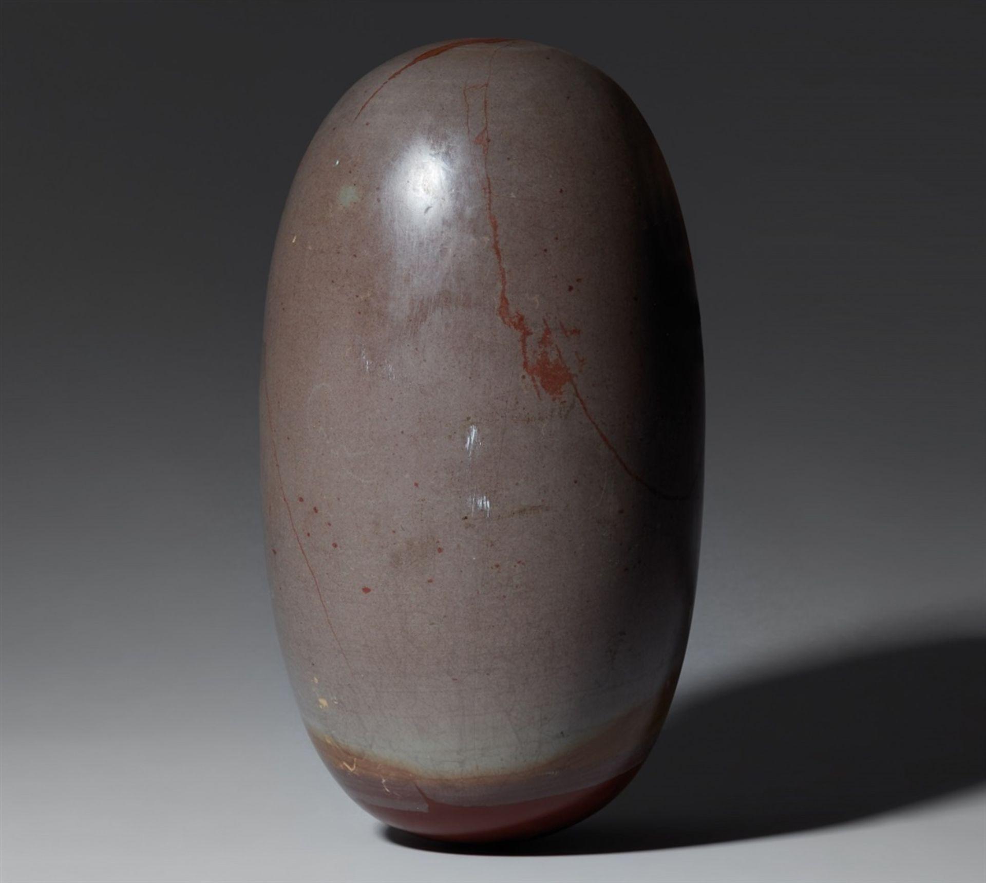 Großer svayambhu linga. Grauer Stein, möglicherweise Basalt, poliert. Zentral-Indien oder Nordo