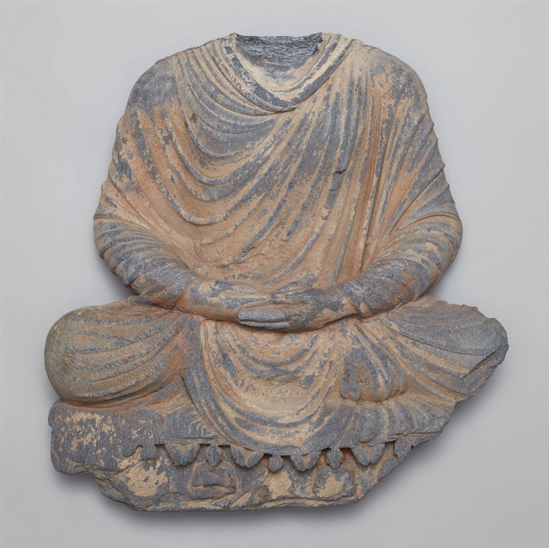 Torso eines Buddha Shakyamuni. Grauer Schist. Pakistan, Gandhara. 2./3. Jh.