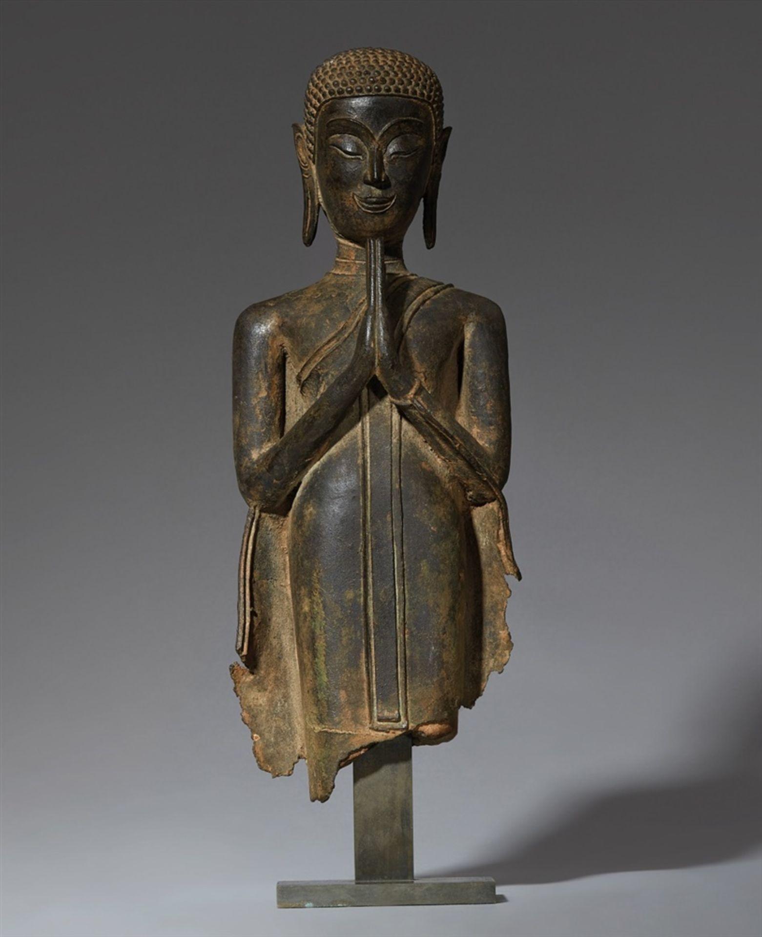 Fragment einer Figur eines Mönches. Bronze. Thailand, Ayutthaya. 15./16. Jh.
