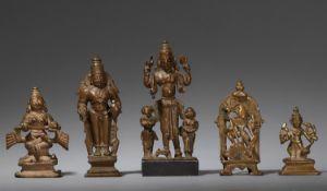 Fünf kleine Figuren und Altäre. Gelbguss. Zentral- und Süd-Indien. 17./19. Jh.