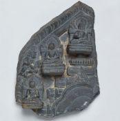 Fragment einer Stele. Schwarzer Stein. Nordost-Indien, Bengalen. Pala-Sena. 12. Jh.