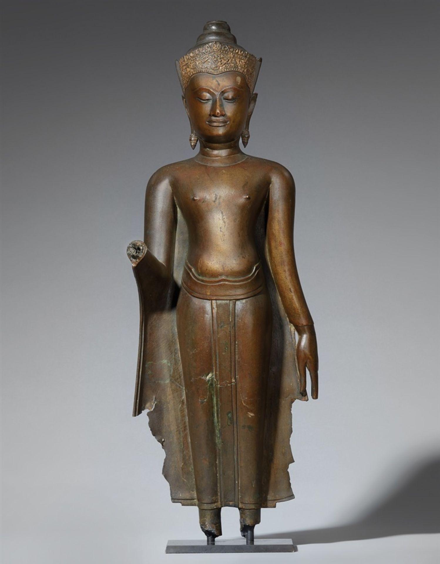 Figur eines stehenden bekrönten Buddha. Bronze. Thailand, Ayutthaya. 16./17. Jh.