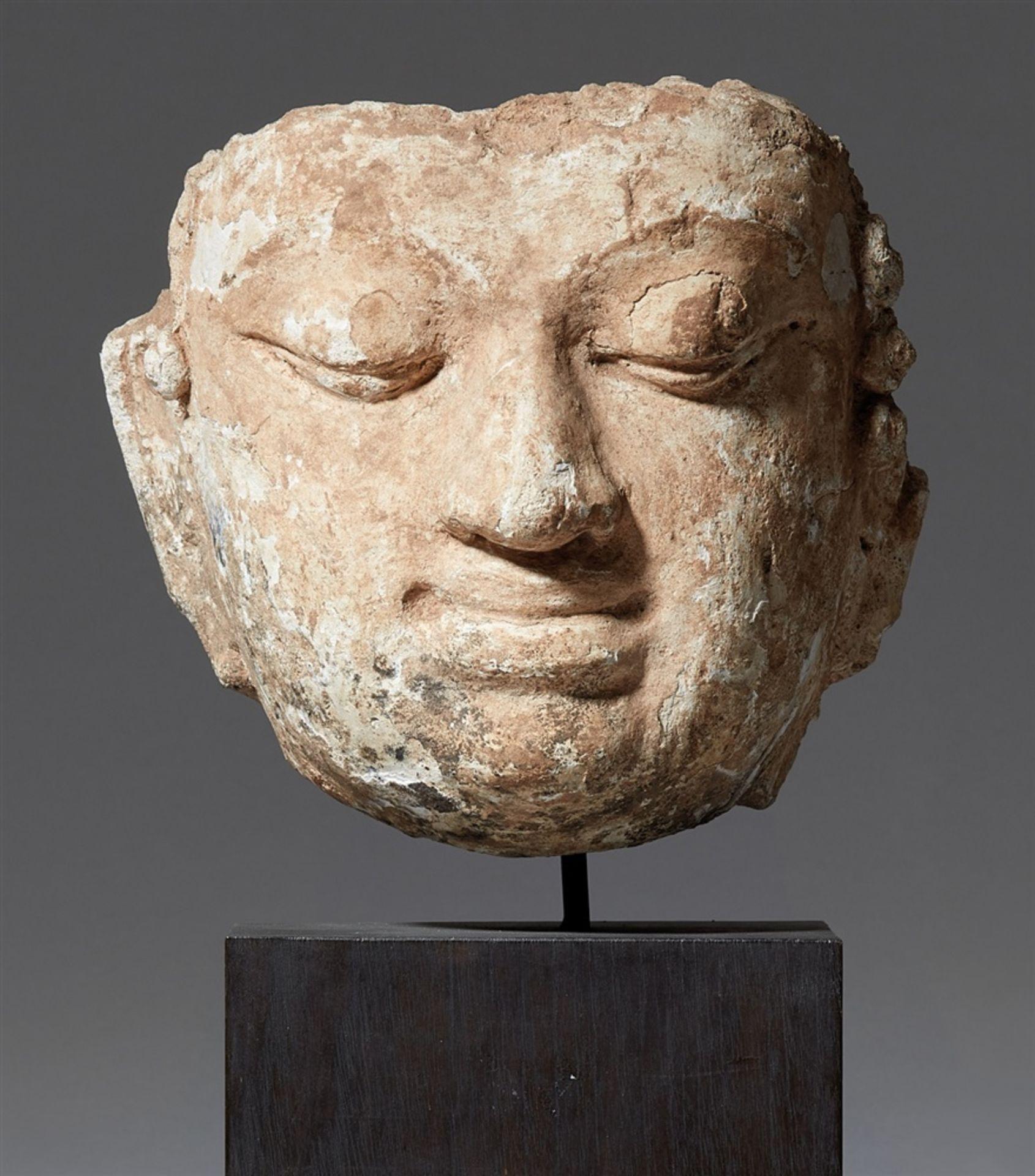 Fragment eines Buddha-Kopfes. Stucco. Nord-Thailand. 13./14. Jh.