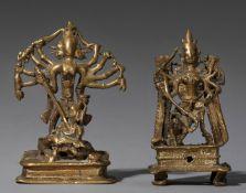 Zwei Figuren der Durga Mahishasuramardini. Gelbguss. Indien