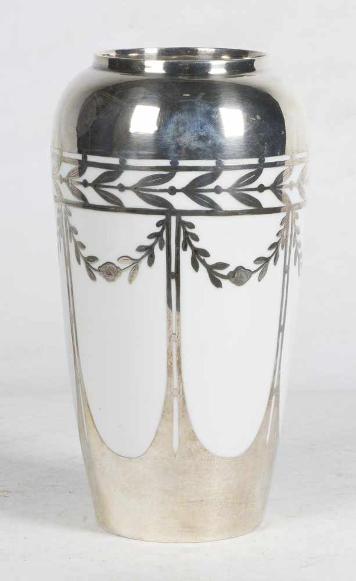 Los 51 - Porcelain and silver vase. Manufactured by Fraureuth. Germany. Art Deco. Circa 1925.